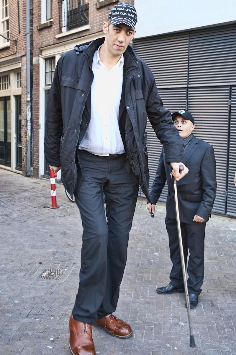 O turco Sultan Kosen, o homem mais alto do mundo, em Amsterdão