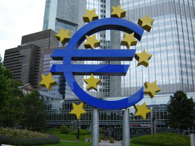 O Euro em frente ao edifício do Banco Central Europeu em Frankfurt (foto: DaveOinSF / wikimedia)