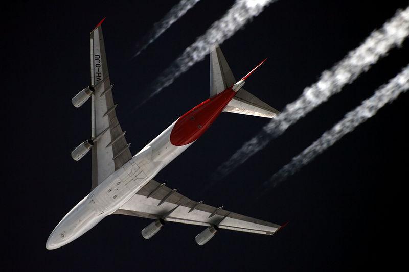 Um Boeing 747 da Qantas voando a cerca de 11.000 metros de altitude (foto: Sergey Kustov / wikimedia)