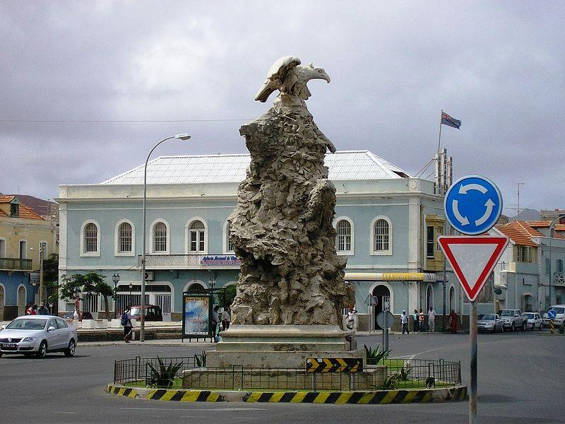 'Águia', monumento à primeira travessia aérea do Atlântico Sul, na cidade de Mindelo, Cabo Verde (foto: Manuel de Sousa / wikimedia)