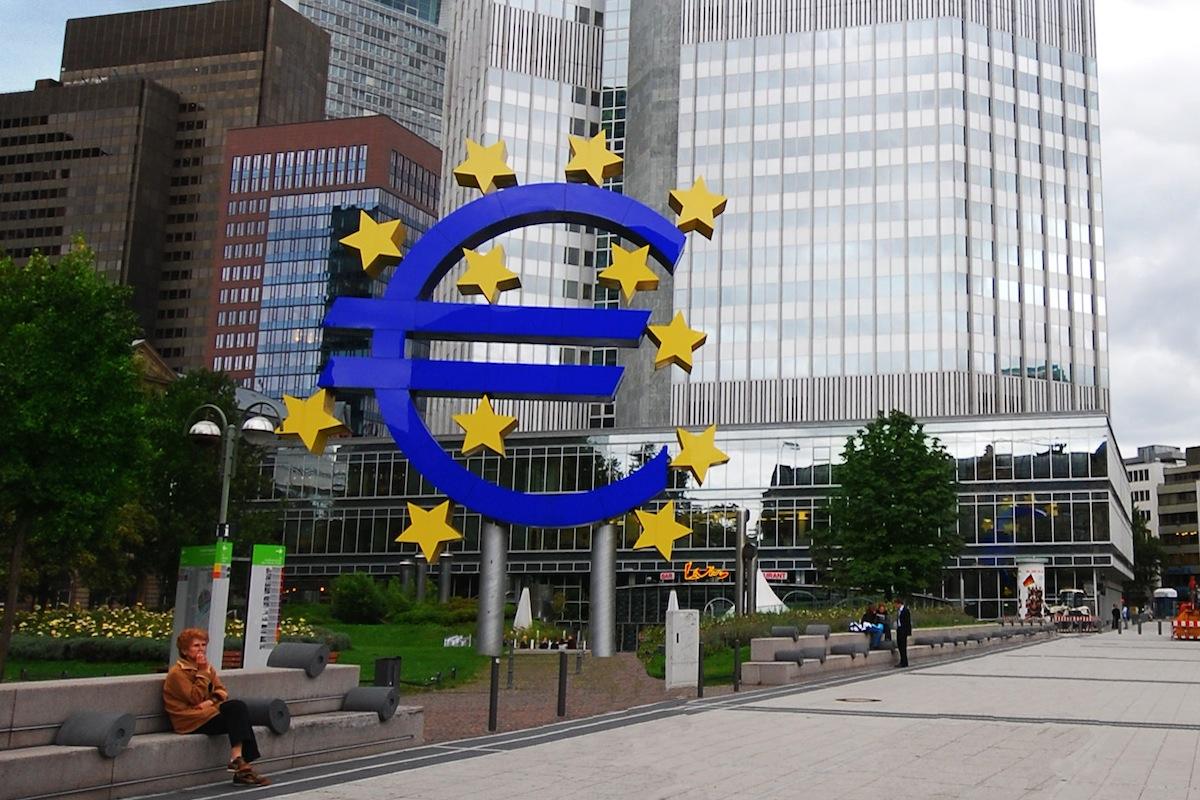 O Euro em frente ao edifício do BCE - Banco Central Europeu em Frankfurt