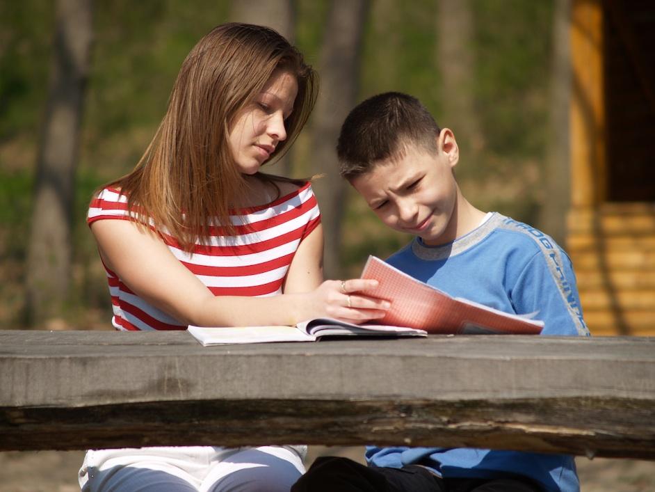 Rapariga ajudando rapaz a estudar