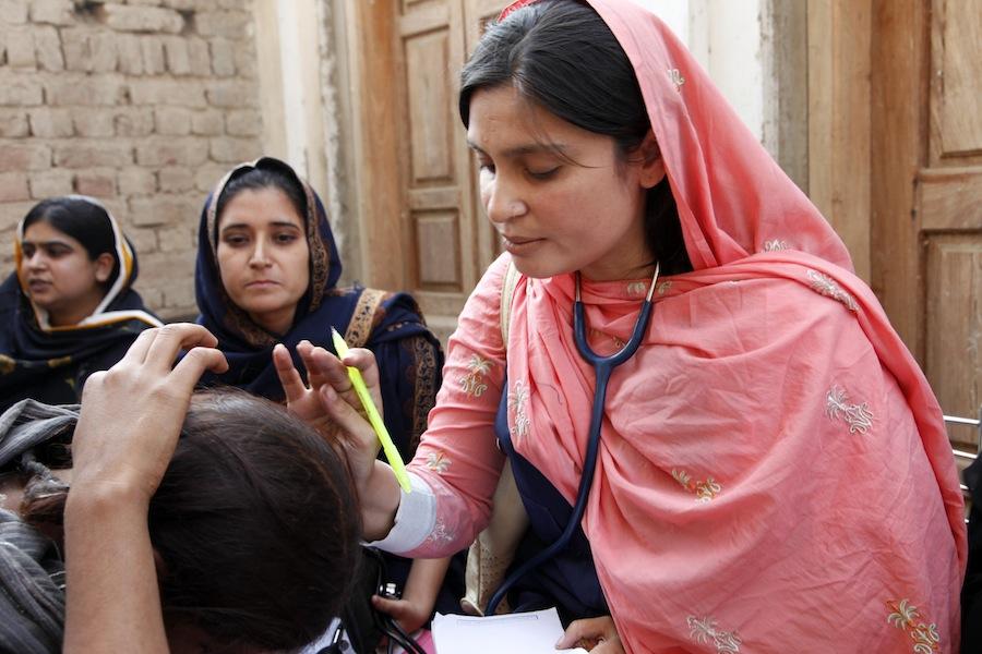Médica do International Medical Corps numa clínica móvel no Paquistão (foto: DFID - UK)