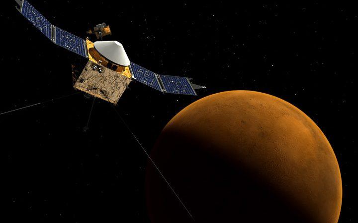 A sonda MAVEN, da NASA, junto ao planeta Marte