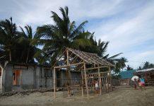 Igreja de Lobo Beach, nas Filipinas, em reconstrução depois do Hayian (foto: Ramon FVelasquez / wikimedia)