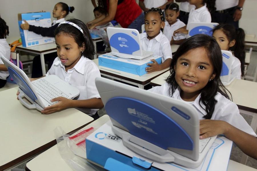 Crianças venezuelanas com o 'Canaima' na escola