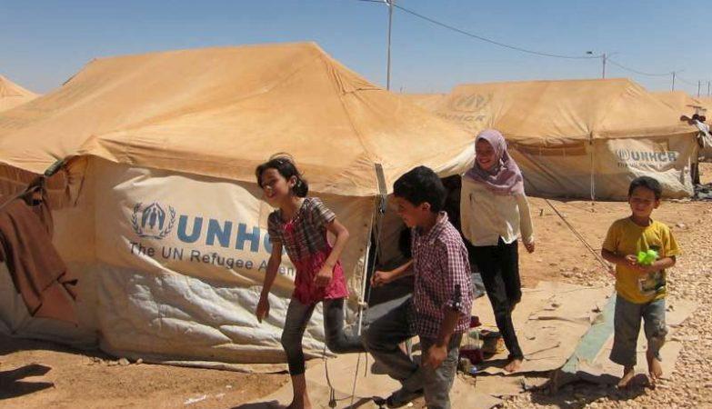Crianças sírias brincam num campo de refugiados em Za'atri, na Jordânia