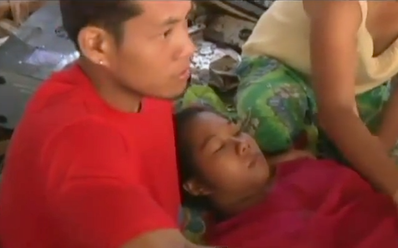 Emily Ortega deu à luz no aeroporto de Tacloban (foto: YouTube / abcNews)