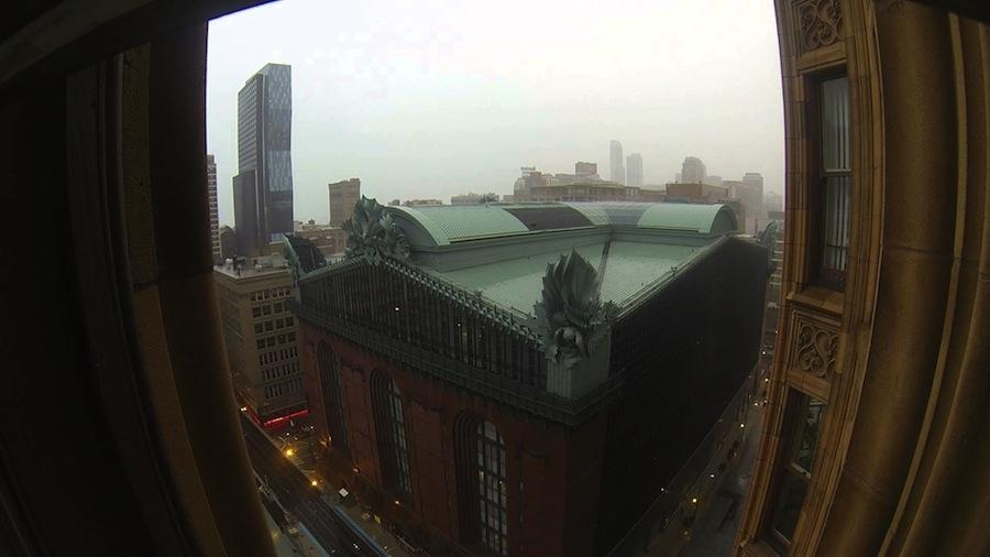 Aproximação de tornado vista da janela da Biblioteca Harold Washington, em Chicago (foto: YouTube/pushtoyota)