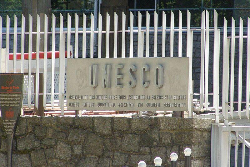 Placa no edifício sede da UNESCO em Paris (foto: Albertus teolog / wikimedia)