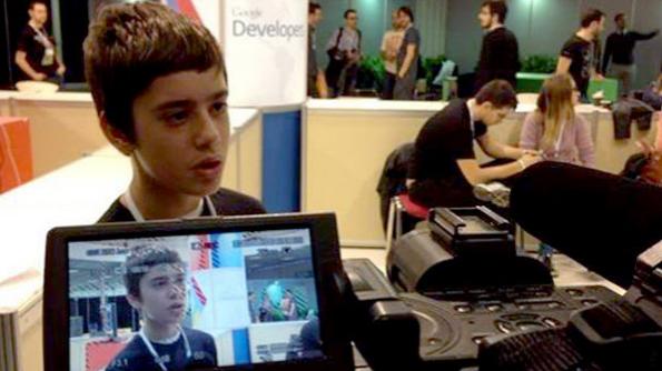Nikos Adam, de 12 anos, é o mais novo funcionário da Google (foto: reprodução / Twitter)