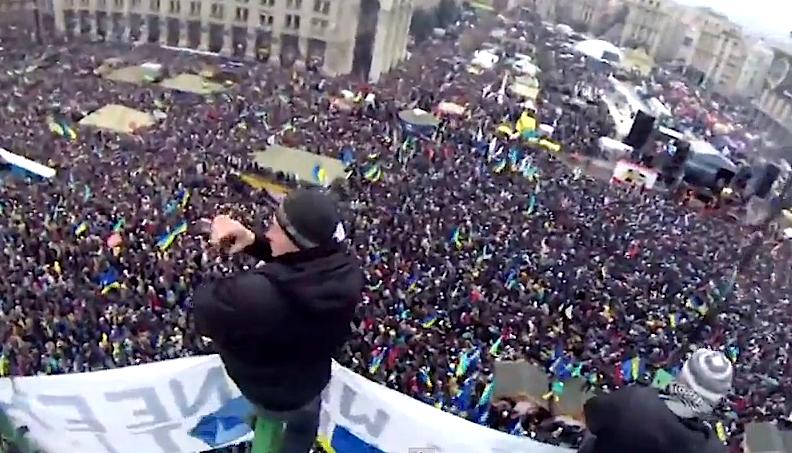 Manifestação pró-União Europeia reuniu 200.000 manifestantes em Kiev (foto: Youtube/GeorgiaReality)