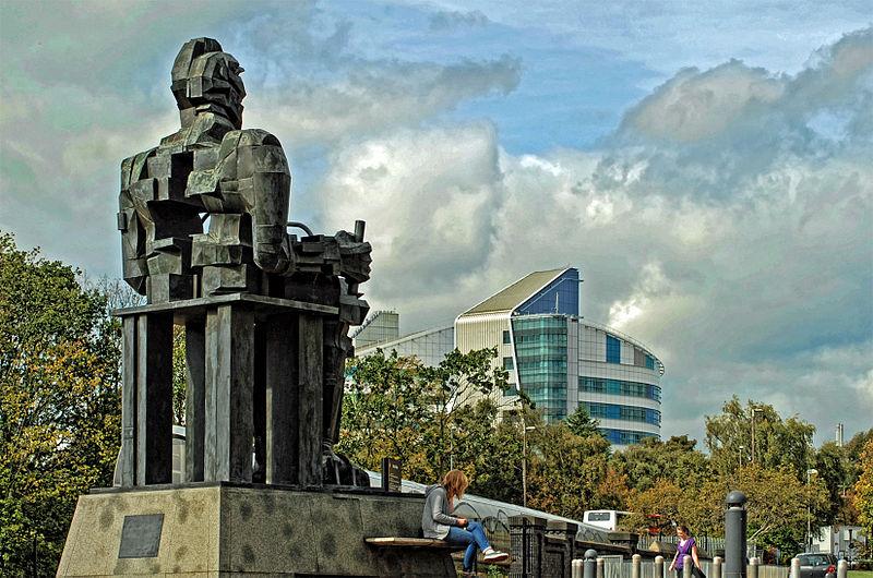 Monumento a Faraday em Birmingham com o Hospital Queen Elizabeth ao fundo