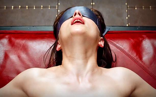 Dakota Johnson é Anastasia Steele em 50 Shades of Grey