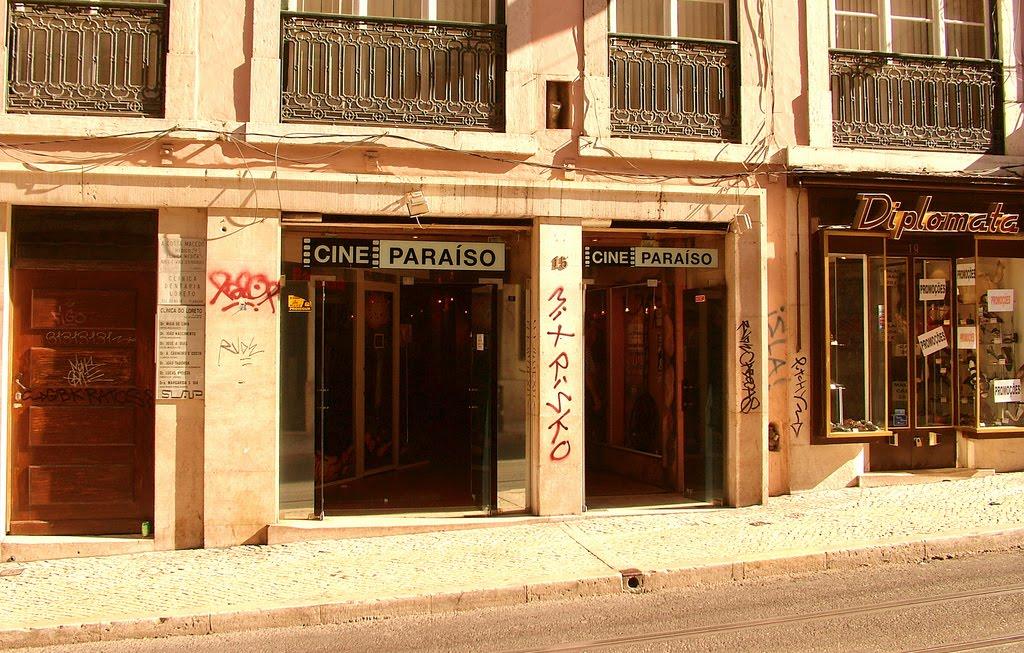 """Fachada do Cine Paraíso na Rua do Loreto (foto: reprodução / """"Os Mais Antigos Cinemas de Lisboa"""")"""