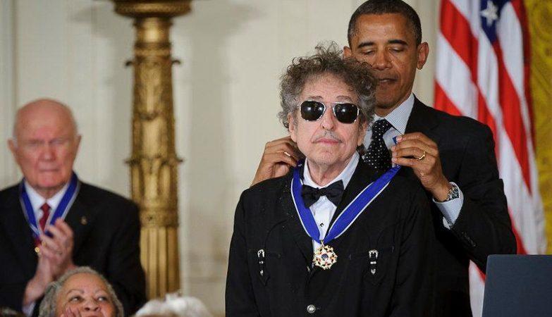 O presidente Barack Obama entrega a Medalha da Liberdade a Bob Dylan