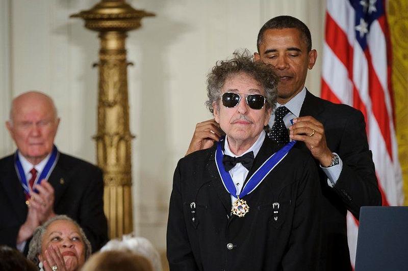 O presidente Barack Obama entrega a Medalha da Liberdade a Bob Dylan (foto: Bill Ingalls / NASA)