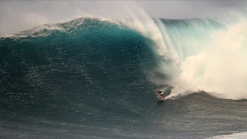 Jeff Rowley surfa uma onda gigante na Nazaré