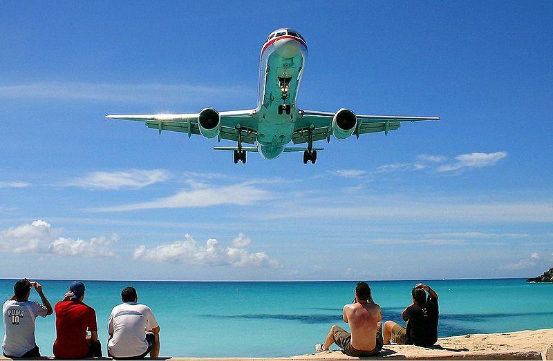 Um Boeing 757-200 da American Airlines aterra em St Maarten (foto: Dale Coleman / wikimedia)