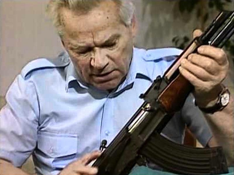 Mikhail Kalashnikov com a sua criação, a AK-47