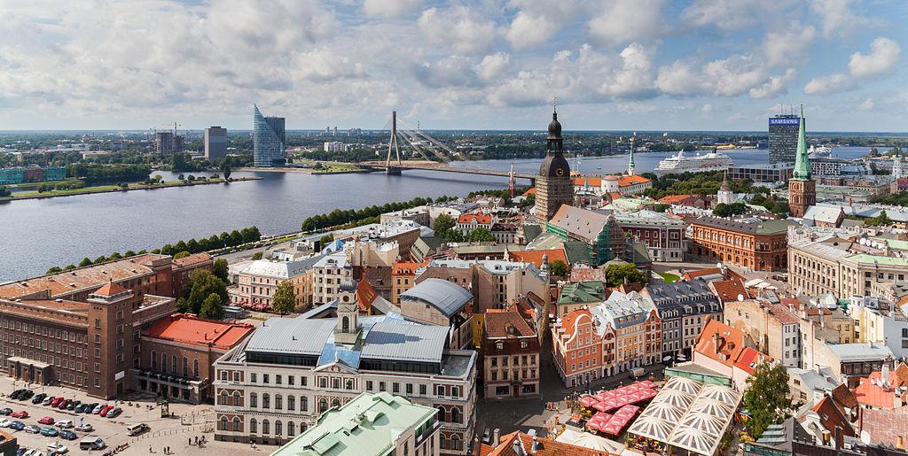 Riga, capital da Letónia, vista da Igreja de São Pedro