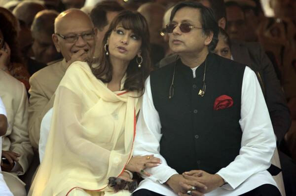 Sunanda Pushkar com o marido, o ministro dos Recursos Humanos da Índia, Shashi Tharoor.