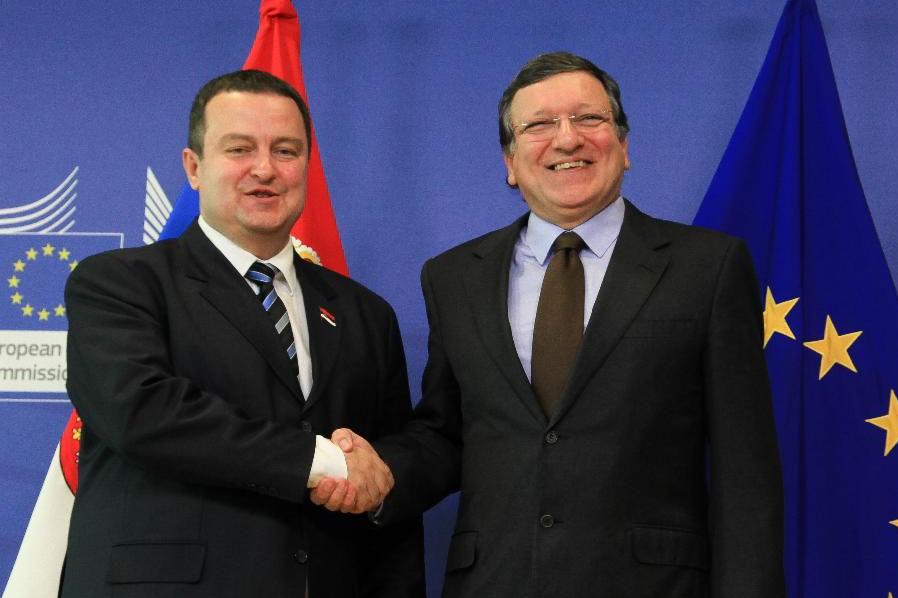 Ivica Dačić, primeiro-ministro da Sérvia, cumprimenta o presidente da Comissão Europeia, Durão Barroso aquando da aceitação da Sérvia como candidata à adesão à União Europeia, a 28 de junho de 2013.