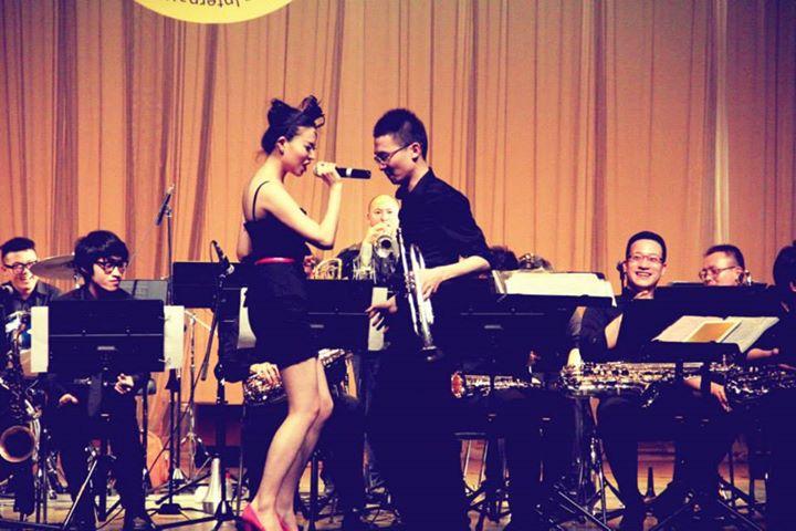 Ruhan Jia num concerto de jazz com os RJ Big Band