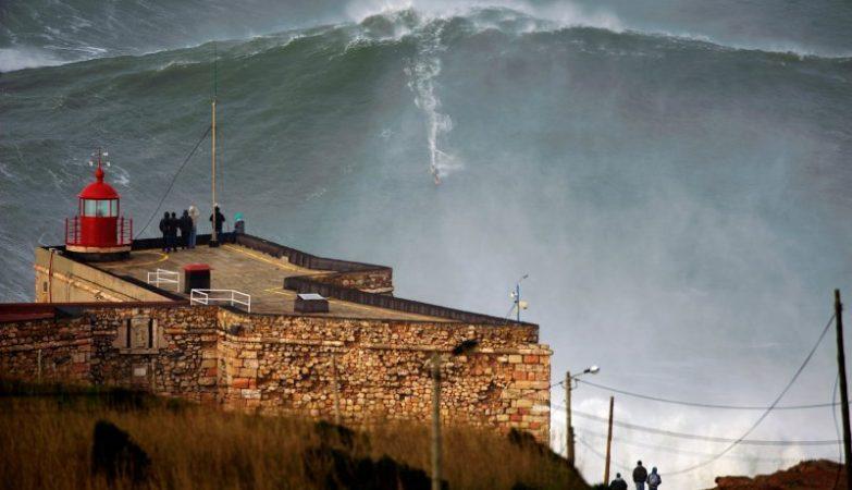 Em 1 de novembro de 2011, Garrett McNamara bateu pela primeira vez o recorde da maior onda surfada, na Nazaré, com esta onda.