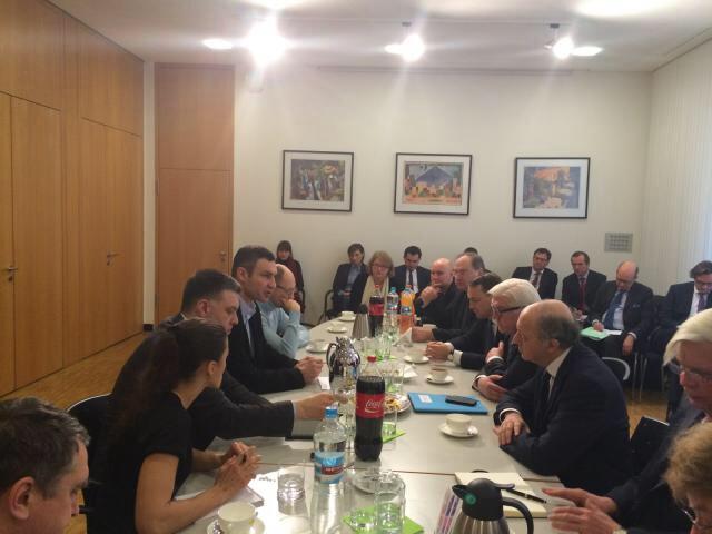 """""""À Kiev avec les leaders des principales forces d'opposition, dont MM. Klitschko, Iatseniouk et Tyahnybok"""", publicou Laurent Fabius esta manhã na sua conta do Twitter"""