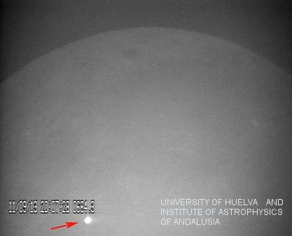 Imagem do clarão resultante do impacto de um grande asteróide com a superfície lunar a 11 de setembro de 2013, capturada pelo observatório MIDAS.