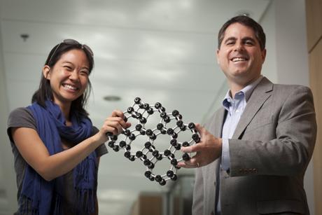 A investigadora Pinshane Huang e o professor David Muller com um modelo do vidro bidimensional