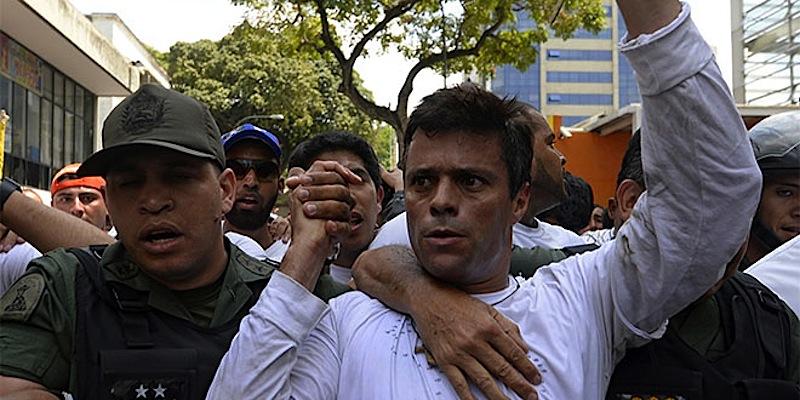 Leopoldo López Mendoza entrega-se às autoridades