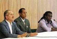 O ministro dos Desportos brasileiro, Aldo Rebelo, com o árbitro Márcio Chagas e o jogador Tinga