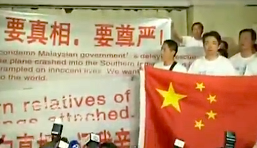 Parentes chineses dos passageiros do voo MH370 protestam na Malásia