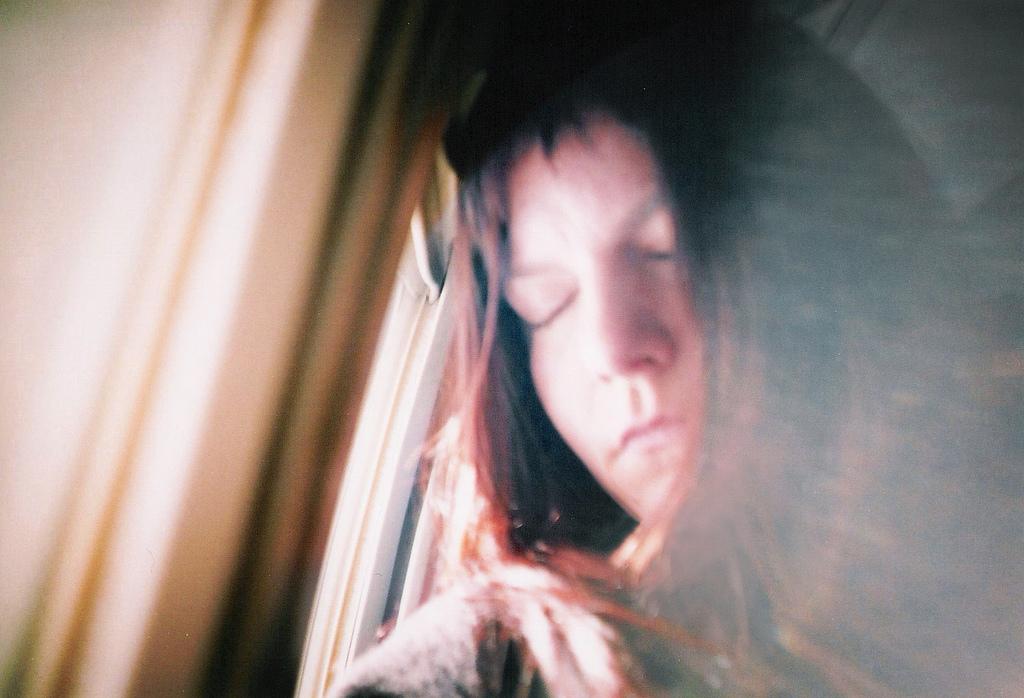 Mulher com ataque de ansiedade no coração