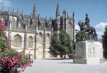 Fachada do Mosteiro da Batalha e estátua de D. Nuno Álvares Pereira