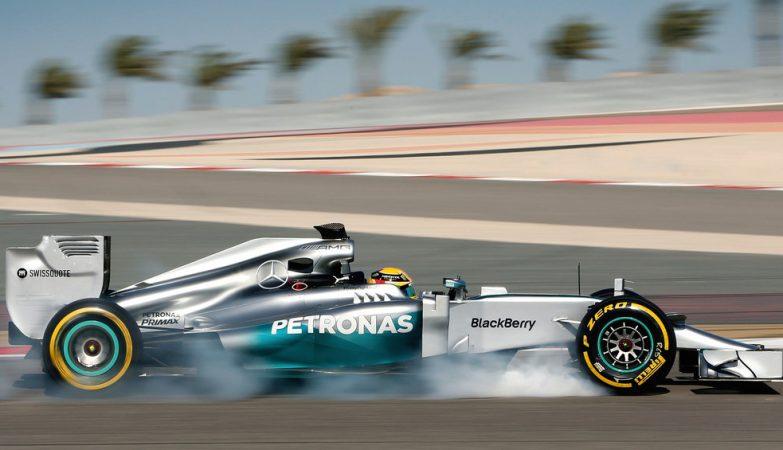 Lewis Hamilton testa o Mercedes F1 W05 no Bahrain