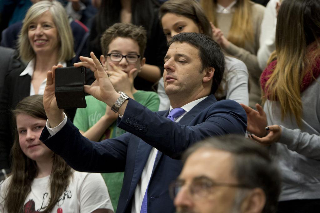O primeiro-ministro italiano, Matteo Renzi, tira uma selfie durante uma visita a uma escola secundária em Treviso