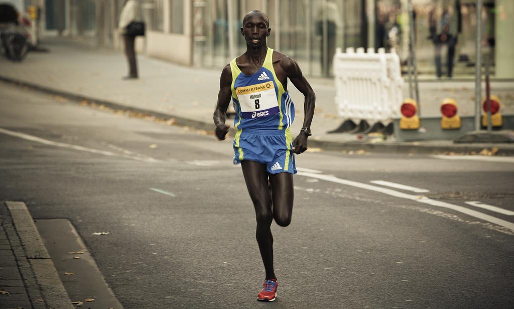 O queniano Wilson Kipsang ao vencer a Maratona de Londres em 2012