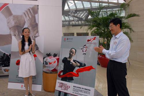 Wang Yongli, vice presidente do Banco da China (à direita) num evento de solidariedade