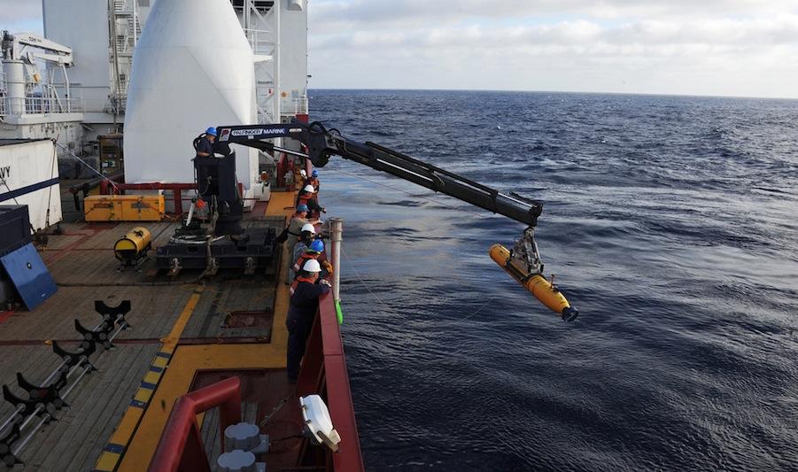 Operadores a bordo do ADF Ocean Shield lançam o Bluefin-21 ao mar