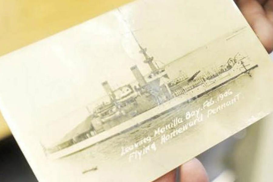 Alan Marion com o postal enviado, em 1940, para a sua bisavó