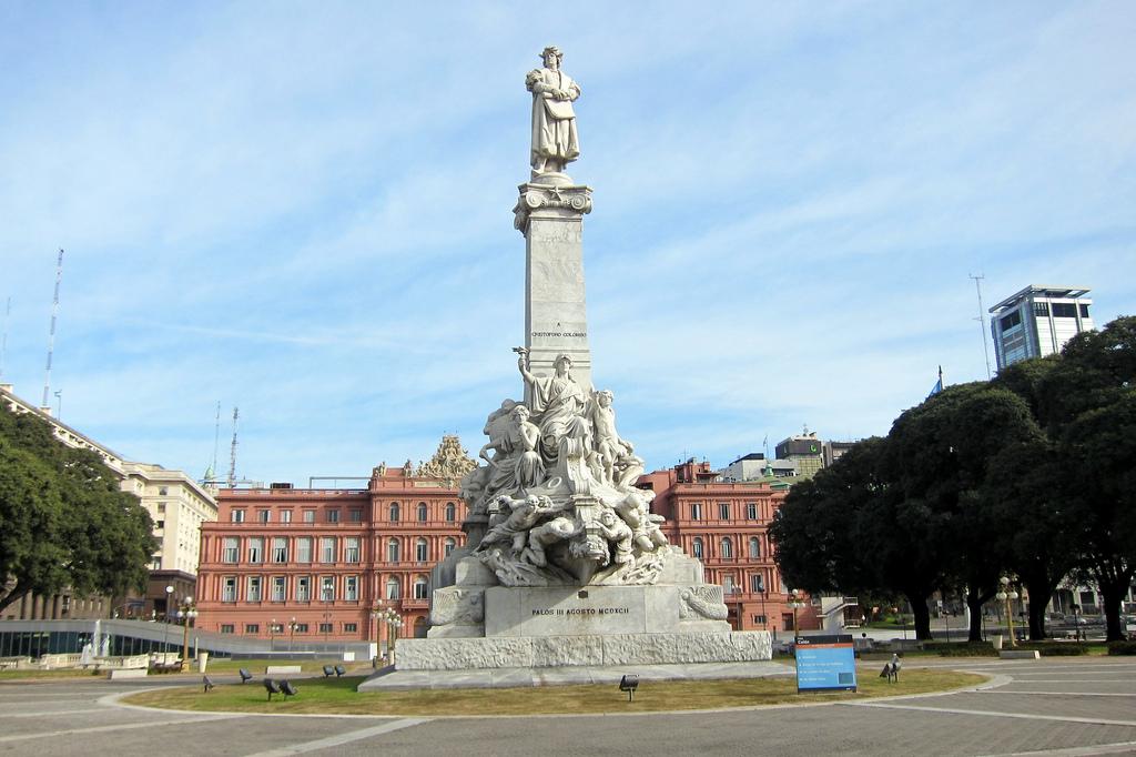 Monumento a Cristóvão Colombo no pariqe Colón em Monserrat, Buenos Aires, com a Casa Rosada, o palácio presidencial da Argentina,  ao fundo.