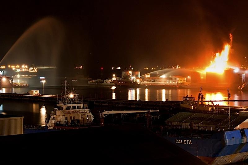 Fogo no porto de Gibraltar
