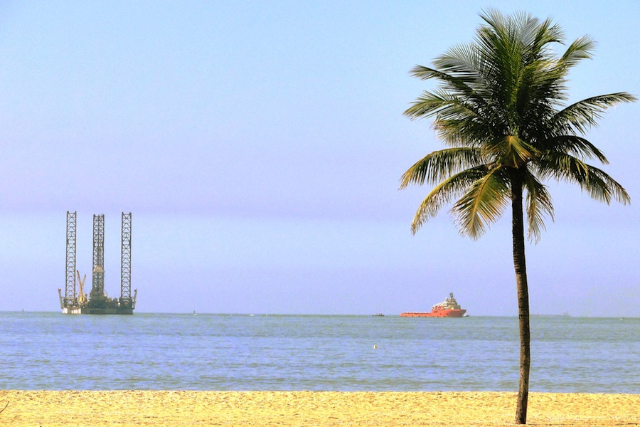 Plataforma de exploração de petróleo na praia de Camburi, Vitória, no Brasil