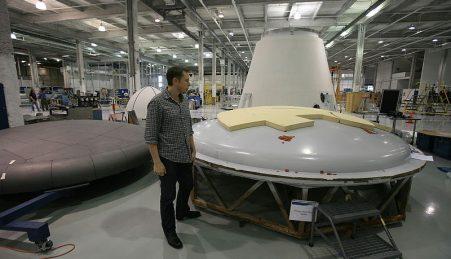 Elon Musk entrou na corrida espacial com a SpaceX, fundada em 2002. Nesta foto, Musk junto a um escudo de calor da sua nave Dragon
