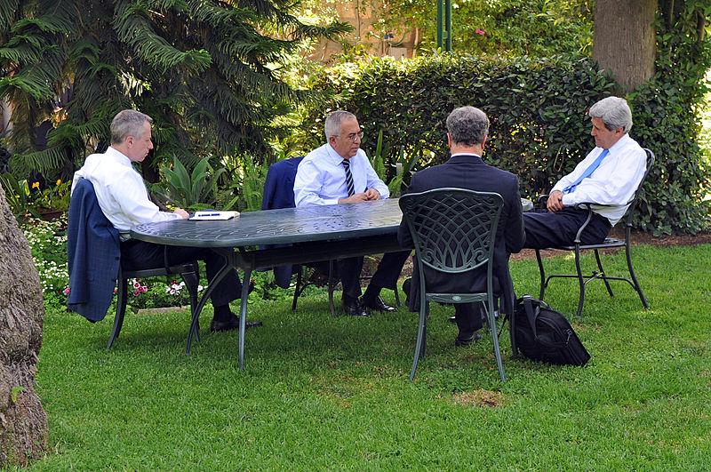 O Secretário de Estado americano,  John Kerry (à direita) conversa com o primeiro-ministro da Autoridade Palestiniana, Salam Fayyad