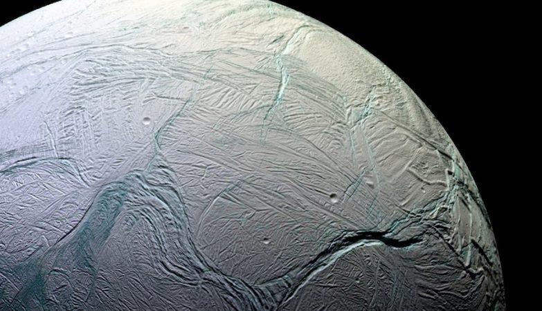 Encelado, uma das luas de Saturno, captada pela sonda Cassini, da NASA
