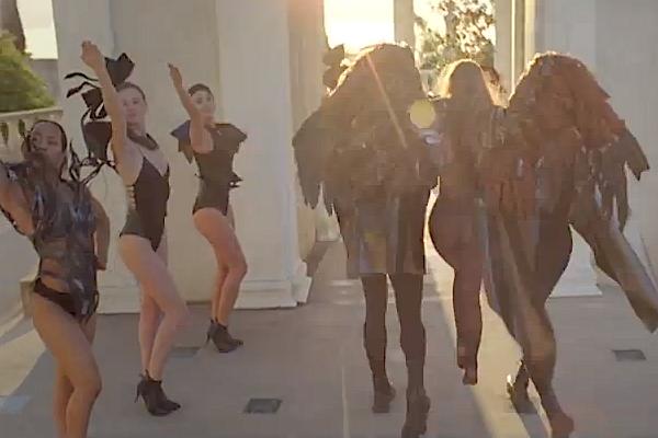 Uma peça de ombros em pele e metal, da coleção 'Daydream' de Valentim Quaresma, no novo vídeo de Lady Gaga. A peça é vestida pelo modelo à esquerda na foto (aos 2:21' do video, acima)